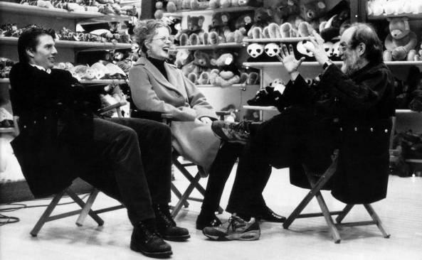 """Tom Cruise e Nicole Kidman conversam com Kubrick durante intervalo das filmagens do longa """"De Olhos Bem Fechados"""" (1999)"""